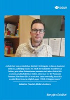 """Plakat #ImpfenSchützt, Motiv """"Sebastian Poweleit"""" (DGUV) Hochformat"""